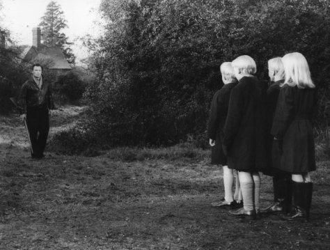 village-of-the-damned-1960-001-thomas-heathcote-00n-d7n_0