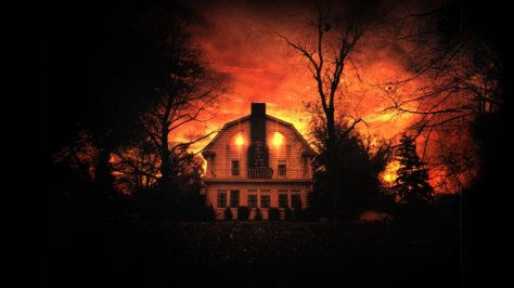 amityville-horror-1979-002-glowing-house